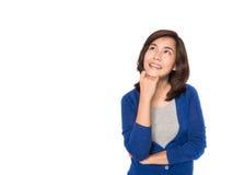 Asiatin denkend und glücklich in der zufälligen Kleidung Lizenzfreies Stockbild