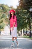 Asiatin in der modischen Kleidung der bunten Mode lizenzfreie stockfotos