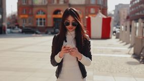 Asiatin, die App im Smartphone in der Stadt verwendet stock video footage