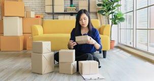 Asiatin, die auf Boden sitzt stock video footage