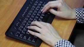 Asiatin, die auf Computer schreibt stock footage