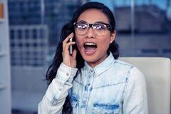 Asiatin, die beim Telefonanruf schreit Lizenzfreies Stockbild