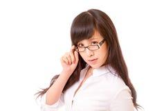 Asiatin, die über Spitze von Schauspielen blickt Lizenzfreie Stockfotografie