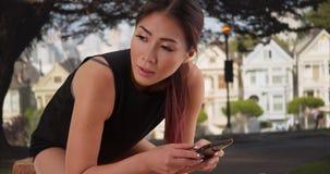 Asiatin, die draußen nach langfristigem stillsteht stockbild