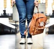 Asiatin, die eine Tasche trägt stockfotografie