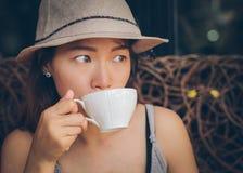 Asiatin, die einen Kaffee trinkt Stockfoto