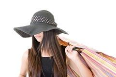 Asiatin, die Einkaufstaschen hält Stockbild