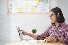 Asiatin, die Idee für den Start plant nachdenklichen Punkt auf dem Schirm auf Laptop merkt lizenzfreie stockfotos