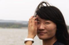 Asiatin, die ihr Haar repariert Lizenzfreie Stockbilder