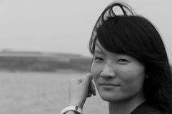 Asiatin, die ihr Haar repariert Stockbild