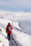 Asiatin, die im Schnee wandert lizenzfreie stockfotografie