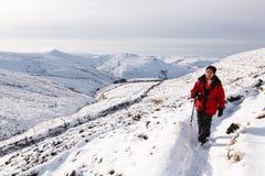 Asiatin, die im Schnee wandert lizenzfreies stockbild