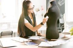 Asiatin, die im sonnenbeschienen Atelier arbeitet Lizenzfreie Stockfotos