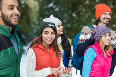 Asiatin, die intelligente Telefon-Schnee-Forest Happy Smiling Young People-Gruppen-gehenden Winter im Freien verwendet Lizenzfreies Stockbild