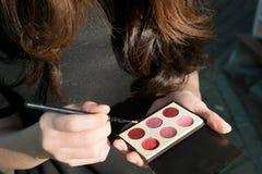 Asiatin, die Kosmetik verwendet Stockbilder