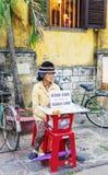 Asiatin, die Mangokuchen im Straßenmarkt in Vietnam verkauft Lizenzfreie Stockfotografie
