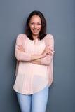 Asiatin, die mit den Armen gekreuzt lächelt Lizenzfreies Stockfoto