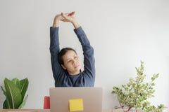 Asiatin, die mit Laptop f?r lange Zeit arbeitet Frauen ist von arbeitendem oben ausdehnen müde Sie sucht au?erhalb des B?ros nach stockbild
