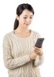 Asiatin, die Mobile für Textnachricht verwendet Stockbilder