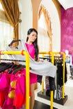 Asiatin, die in Mode Speicher kauft Stockfotografie