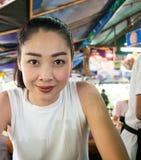 Asiatin, die Nudel im thailändischen lokalen Restaurant isst Stockbilder