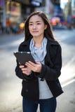 Asiatin, die Tabletten-PC verwendet Stockbilder