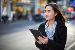 Asiatin, die Tabletten-PC verwendet Stockfotografie