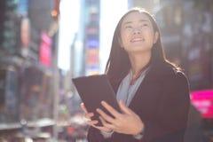 Asiatin, die Tabletten-PC verwendet Lizenzfreies Stockfoto