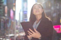 Asiatin, die Tabletten-PC verwendet Lizenzfreie Stockfotografie