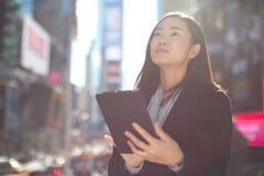 Asiatin, die Tabletten-PC verwendet Stockfotos
