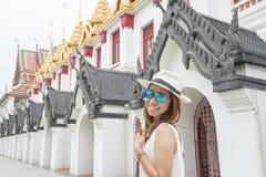 Asiatin, die thailändischen Tempel in Bangkok, Thailand erforscht Lizenzfreie Stockfotografie