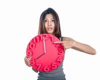 Asiatin, die Uhr hält Stockfotografie