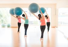 Asiatin, die Yoga im Yogastudio tut lizenzfreie stockbilder