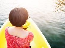 Asiatin-Fahrt auf Boots-Konzept Lizenzfreie Stockfotografie