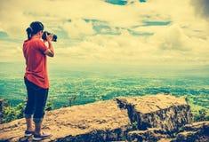 Asiatin fotografierte die schöne Ansicht, die auf Sommer d im Freien ist lizenzfreie stockbilder
