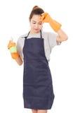 Asiatin-Hausfrau-Tired With Cleaning-Stoff und -Sprühflasche in schützendem lizenzfreie stockfotos