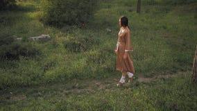 Asiatin im traditionellen japanischen Kimono draußen stock video