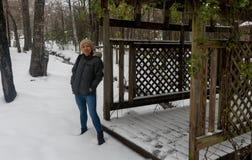 Asiatin mit biege stricken Hutstellung im Schnee lizenzfreies stockbild