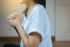 Asiatin mit der Hand in betender Position, weibliche Gebetshände umklammerte zusammen stockfoto
