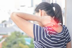 Asiatin mit der Muskelverletzung, welche die Schmerz in ihrem Hals hat lizenzfreies stockbild