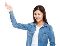 Asiatin mit Handdarstellung Stockbild