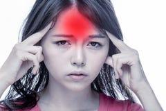 Asiatin mit Kopfschmerzen, glühendes Pochen stockbild