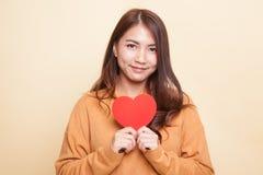 Asiatin mit rotem Herzen lizenzfreie stockfotografie