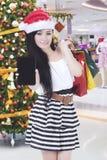 Asiatin mit Smartphone und Weihnachtsgeschenk lizenzfreie stockfotos