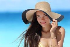Asiatin mit Strandhut für Gesichtssonnenschutz Stockfotos