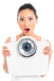 Asiatin mit verlierendem Gewicht der Gewichtsskala Lizenzfreies Stockbild