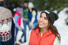 Asiatin-Schnee-Forest Happy Smiling Young People-Gruppen-gehender Winter im Freien stockfotografie