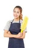 Asiatin-tragendes Schutzblech, das gelben Staub-Reiniger hält Stockfotos