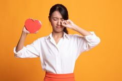 Asiatin traurig und Schrei mit rotem Herzen lizenzfreies stockbild