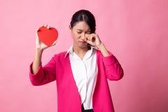 Asiatin traurig und Schrei mit rotem Herzen stockfoto